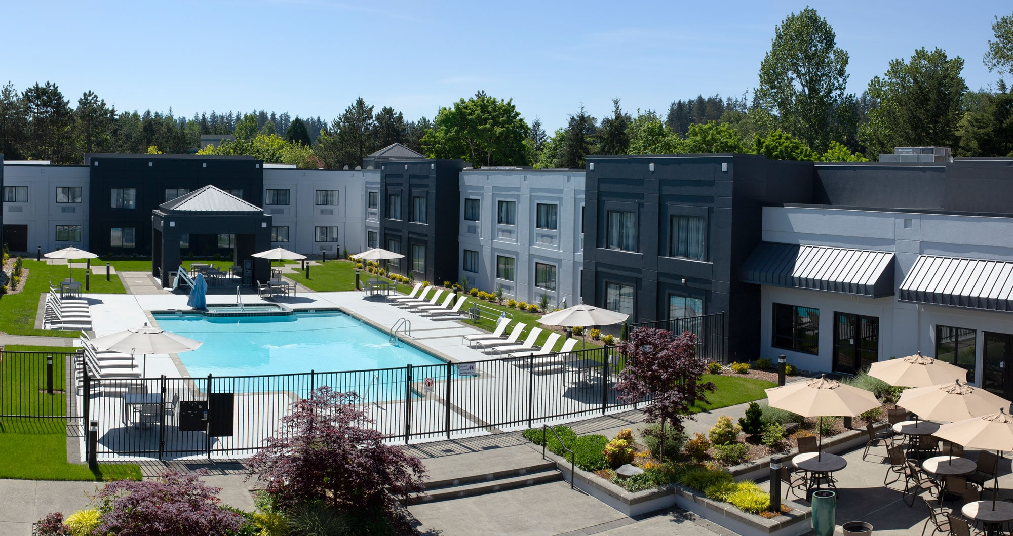 View of the courtyard pool at the Country Inn & Suites by Radisson in Bothell, WA.